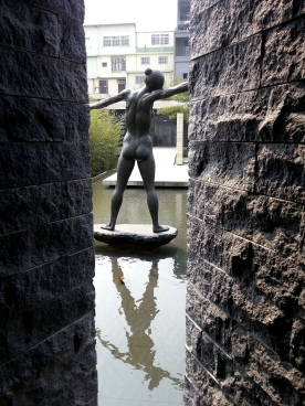 富貴三義館-許維忠之銅雕〝迎風〞銅雕